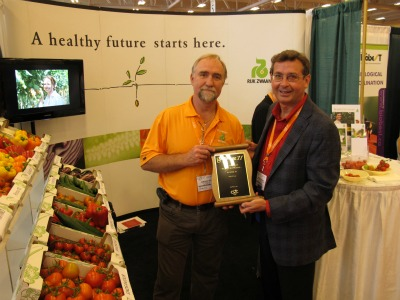 4398_howard_huy_of_rijk_zwaan_booth_accepts_a_best_booth_award_from_trade_fair_committee_member_wayne_brown