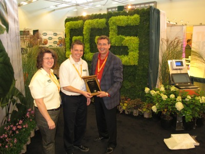 4398_leigh_harrison_and_doug_moore_of_ggs_accept_a_best_technology_display_award_from_trade_fair_committee_member_wayne_brown