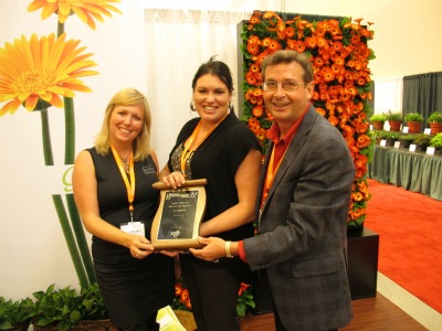 4398_stephanie_smith_and_felicia_vandervelde_of_northern_innovators_with_a_plant_material_award_presented_by_cgc_trade_fair_com